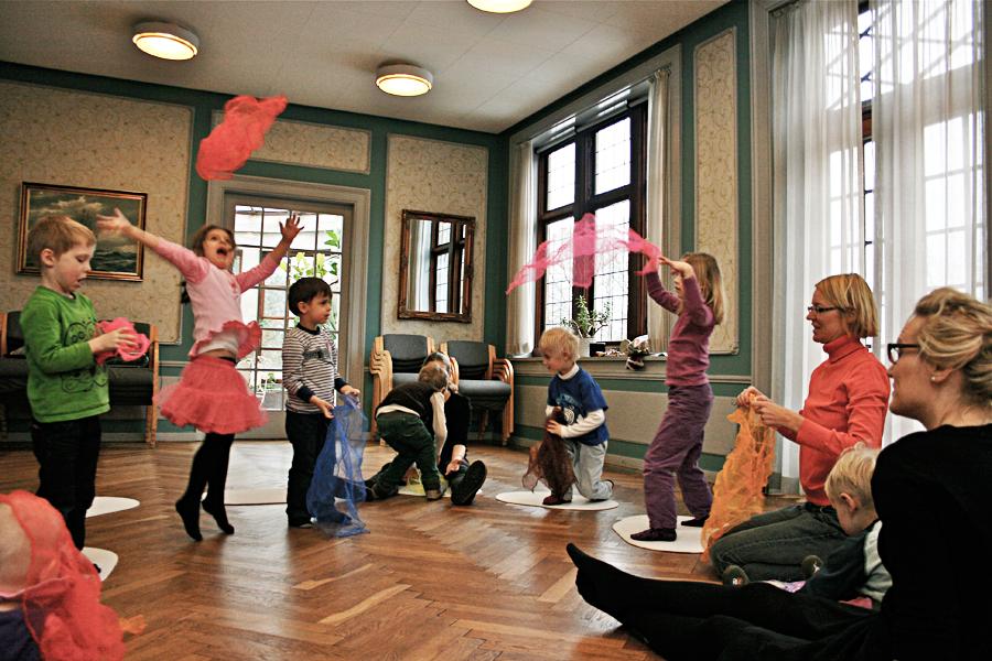 Sjovt, nærværende, festligt og underholdende musikalsk samvær udbydes af uddannet musikpædagog og musikterapeut Ulla Lau Hyldgård
